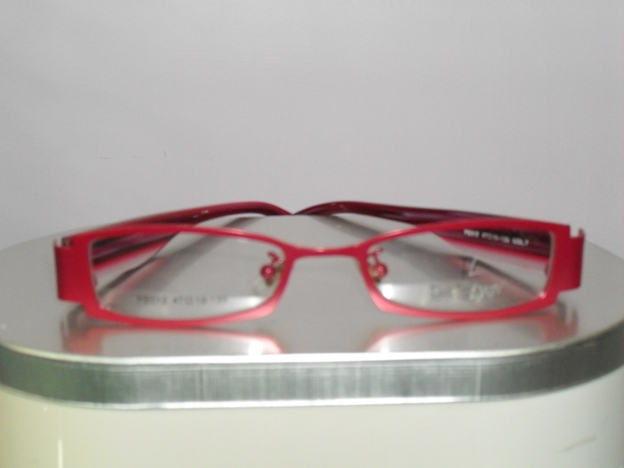 EYE TESTING CONTACT LENS red